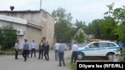 Полицейские наблюдают за собранием жителей по земельному вопросу в Шымкенте 28 апреля 2016 года. Иллюстративное фото.