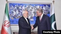 Iranian Foreign Minister Javad Zarif (left) with Pakistani Foreign Minister Shah Mahmood Qureshi in Islamabad.