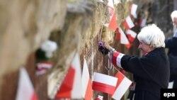 Люди беруть участь у церемонії вшанування пам'яті 75-річчя Катинської трагедії. Катинський ліс, 10 квітня 2015 року