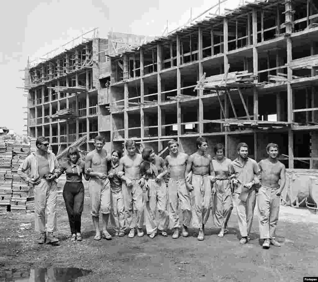 Рабочие на стройке летом, 1969 год. После нескольких десятилетий социализма в Венгрии деньги на грандиозные проекты начали иссякать