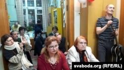 У цэнтры — Натальля Гардзіенка (зьлева) і Лідзія Савік, справа — бард Аляксей Галіч