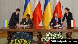 Міністр оборони України Степан Полторак (ліворуч) та міністр національної оборони Польщі Антоній Мацеревич підписують Генеральну угоду між Україною і Польщею про співробітництво у сфері оборони