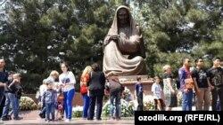 Самарқанда Жеңіс күні ескерткішке гүл қойып жатқан жұрт. Өзбекстан, 9 мамыр 2015 жыл.
