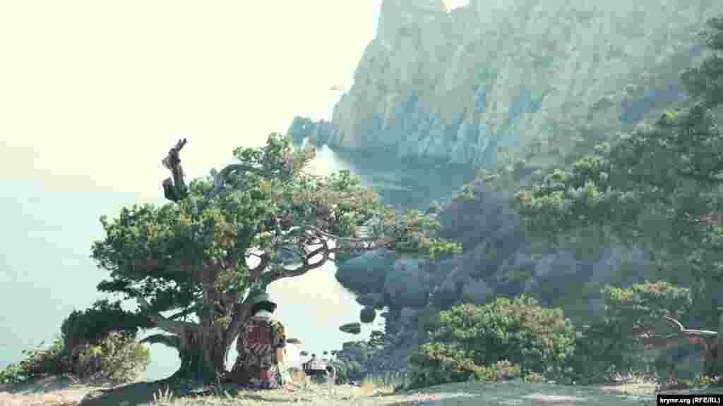 Художница рисует предзакатный вид скалы Носорога (Парсук-Кая)