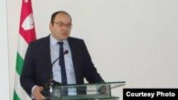 О работе Национального банка Абхазии в 2015 году рассказал его председатель Беслан Барателия. По его оценке год был сложным, это было связано с внешними факторами и с девальвацией рубля