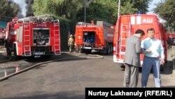 У склада лакокрасочных изделий в Жетысуском районе, на котором в четверг утром произошел пожар. Алматы, 18 июля 2019 года.