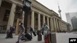مسافران در حال ترک ایستگاه قطار تورنتو در کانادا