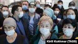 Новосибирскидеги аэропортто калган кыргыз мигранттары.
