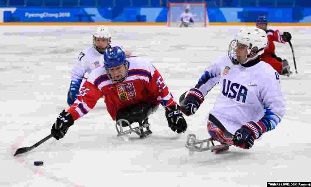 Мирослав Хрбек (Чехия) и Броди Ройбал (США). Предварительный раунд хоккейного матча между Соединенными Штатами Америки и Чехией