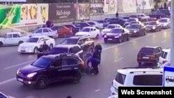 Скриншот из видеозаписи нападения на жителя Дагестана