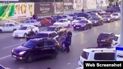 Скриншот с видеозаписи нападения на жителя Дагестана