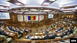 Deputaţii în noua sală de şedinţe în plen
