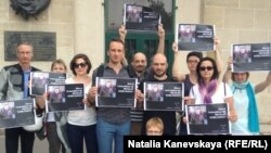 Пикет активистов Russie Liberte против выдачи Болгарией России правозащитника Николая Колюякова (Париж, 31 июля 2014 года)