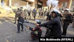 شرطي مصري يطلق الغاز المسيل للدموع على محتجين