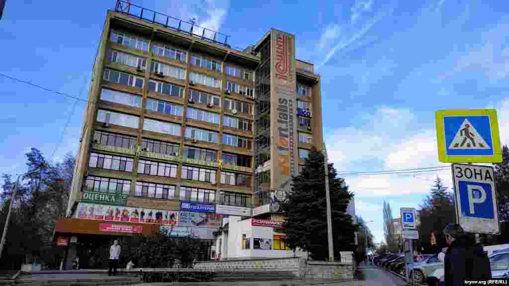 Здесь находится многоэтажное здание, построенное несколько десятилетий назад