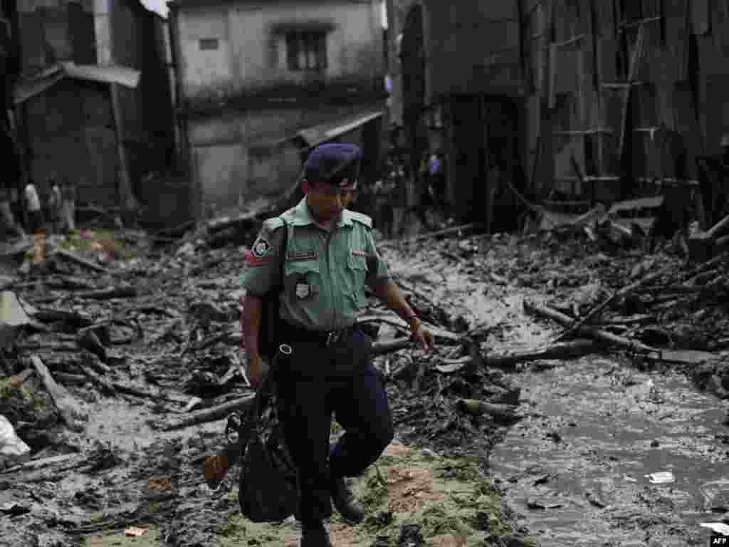 Бангладэш, Дака. Паліцыянт на руінах 4-павярховага дома, у выніку абрушэньня якога загінулі 25 чалавек.