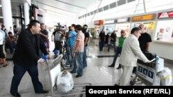 Эксперты по вопросам миграции говорят и об обратной тенденции: те, кому не удалось устроиться на хорошую работу в Европе, часто возвращаются в Грузию, но, столкнувшись здесь с безработицей, стремятся вновь вернуться в европейские страны