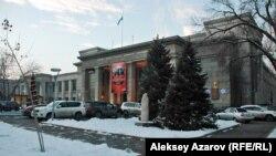 Кезінде мәдениет сарайы болған ғимаратта қазір Жамбыл атындағы мемлекеттік филармония орналасқан. Алматы, 10 желтоқсан 2013 жыл.