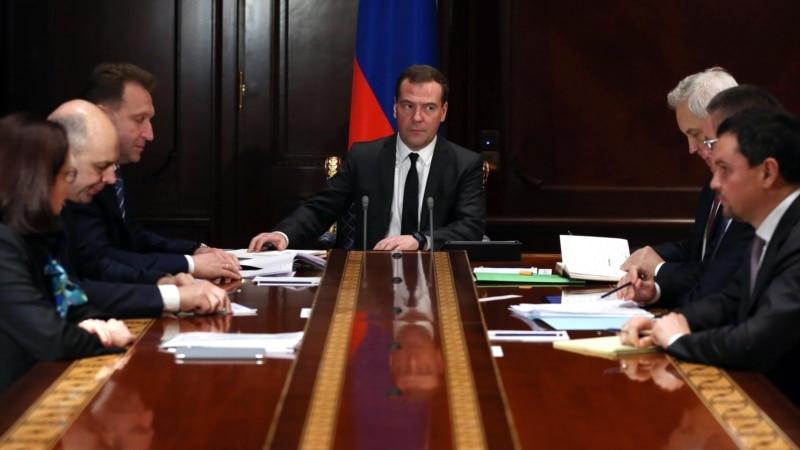 Медведев поручил ежедневно мониторить продажи валютной выручки