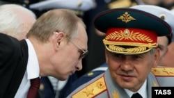 Президент Росії Володимир Путін (ліворуч) і міністр оборони Сергій Шойгу, 27 липня 2014 року