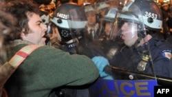 """Полиция пытается демонтировать лагерь движения """"Захвати Уолл-стрит"""""""