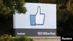 """Изображение значка """"like"""" у входа в штаб-квартиру компании Facebook"""