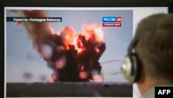 """По одному из российских телеканалов показывают новость о падении ракеты-носителя """"Протон-М"""". 2 июля 2013 года."""