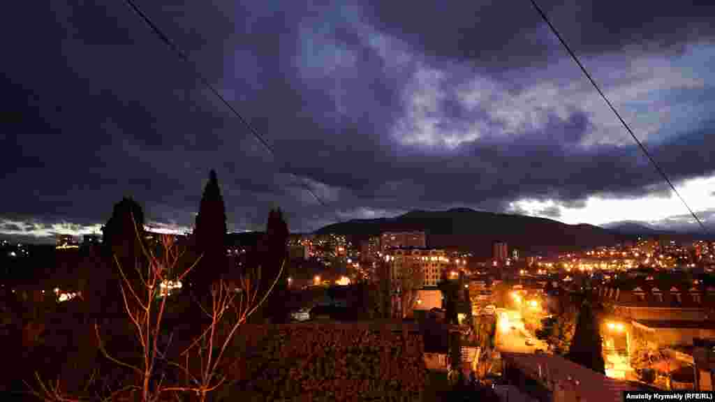 Вид на вечерний город из сквера имени Гирея Баирова