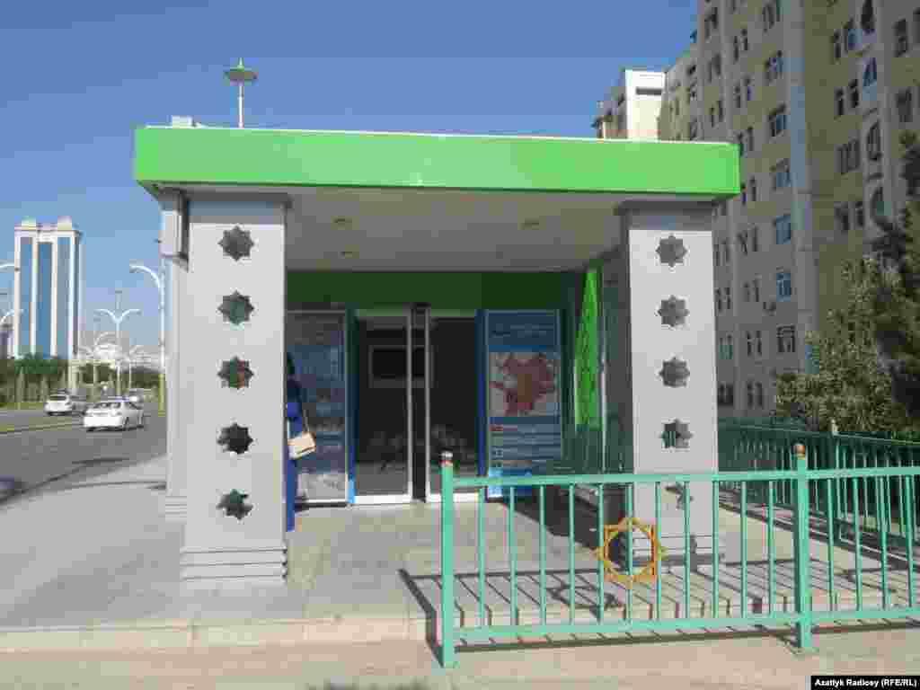 """Некоторые улицы города оснащены современными автобусными остановками, с сенсорными дверями и кондиционерами, улица """"10 лет благополучия"""", Ашхабад"""