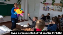 Занятия в младших классах проводит психолог Наталья Анисимова