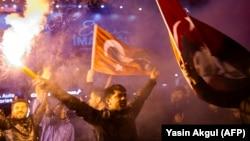 Активисты главной оппозиционной турецкой Республиканской народной партии празднуют победу в центре Стамбула. 1 апреля 2019 года