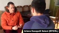 Leutrim Dalipi, nga e djathta, me gazetarin e REL-it, Arton Konushevci