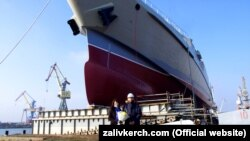 Спуск на воду судна на заводі «Залив» у Керчі