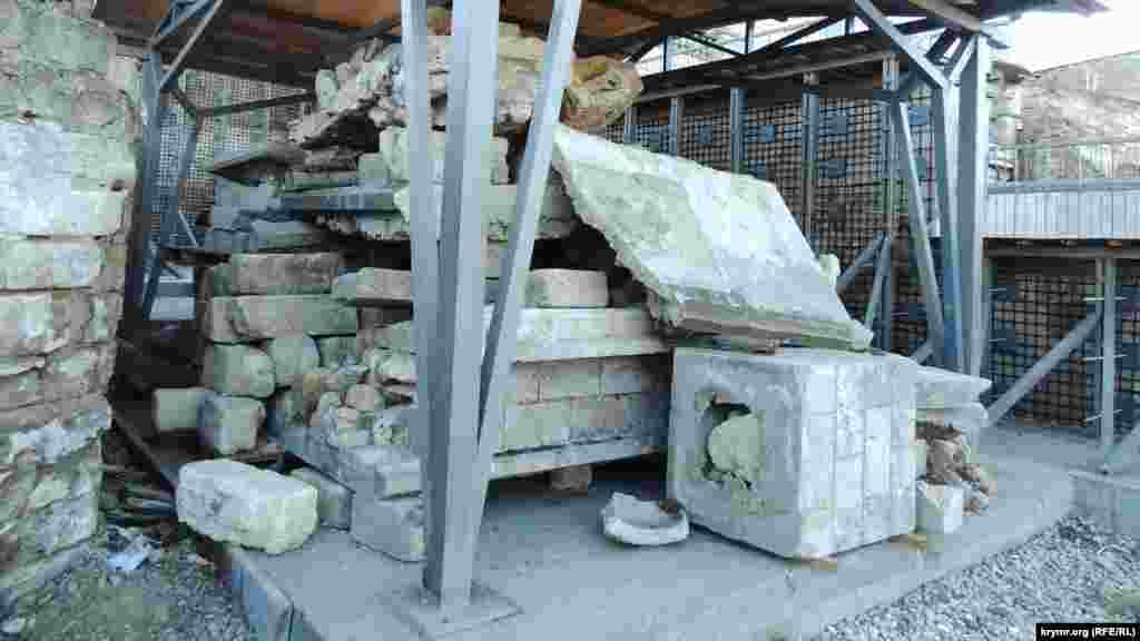 Залишки кам'яної кладки складають неподалік. Сходи були збудовані з місцевого каменю-ракушняка