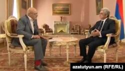 Интервью президента Армении Сержа Саргсяна (справа) российскому журналисту Владимиру Познеру, Ереван, 27 апреля 2015 г.