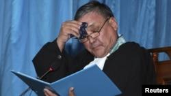 Cудья Аралбай Нагашыбаев вытирает пот, оглашая приговор в отношении 37 местных жителей, обвиненных в организации и участии в массовых беспорядках. Актау, 4 июня 2012 года.