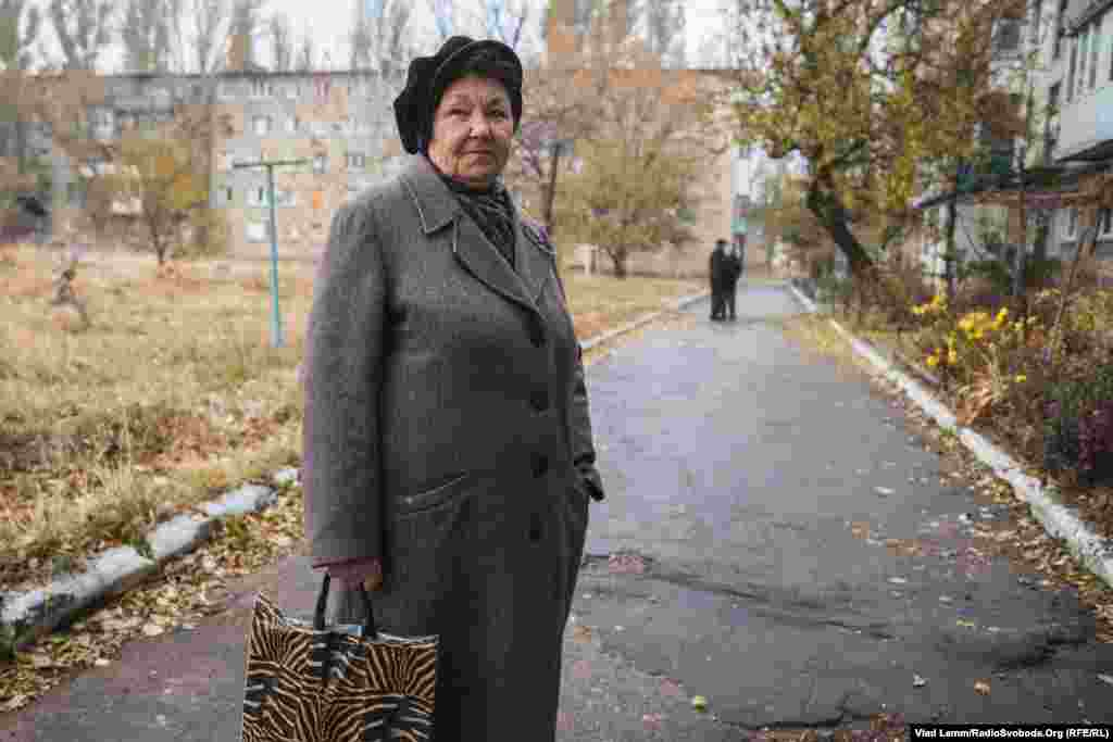 Местная жительница частично разрушенного дома жаловалась на то, что местные власти не помогают в ремонте разрушенного жилья и все приходится делать своими руками на собственные средства.