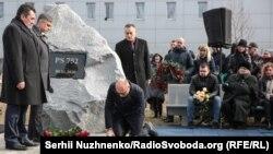 Megemlékezés a katasztrófa áldozatairól a kijevi Boriszpol repülőtéren felállított emlékműnél, 2020. február 17-én