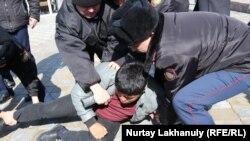 Задержания близ площади Республики в Алматы. 1 марта 2020 года.
