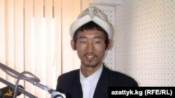 """Жапониядан келген волонтер Ацуши Куваяма """"Азаттыктын"""" студиясында, 23-ноябрь."""