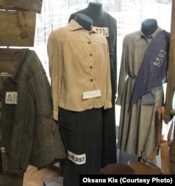 Зразки табірного одягу невільниць. Експозиція Музею визвольної боротьби України у Львові