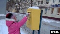Ребенок посылает письмо Деду Морозу. Астана, 29 декабря 2008 года.