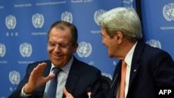 ԱՄՆ պետքարտուղար Ջոն Քերրին և ՌԴ ԱԳ նախարար Սերգեյ Լավրովը ՄԱԿ-ի Անվտանգության խորհրդում Սիրիայի հարցը քննարկելուց հետո պատասխանում են մամուլի հարցերին, Նյու Յորք, 18-ը դեկտեմբերի, 2015թ.