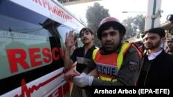 Рятувальники допомагають одному з поранених унаслідок нападу на студентський кампус в Пакистані, 1 грудня 2017 року