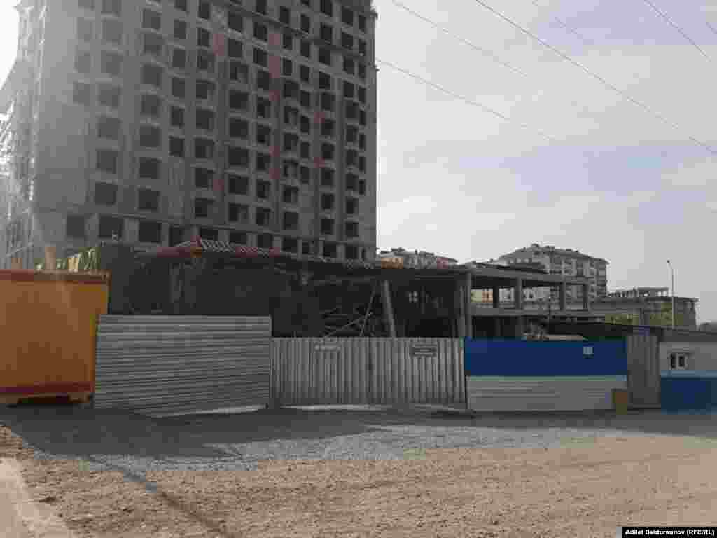 Пока неизвестно, кому принадлежит строительный объект.