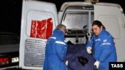 Врачи выносят тело убитого специального корреспондента телеканала НТВ Ильи Зимина
