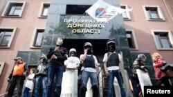 جدایی طلبان هوادار روسیه مقابل ساختمان دادستانی شهر دونتسک پس از تصرف آن