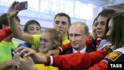 Владимир Путин в олимпийской спортивной школе в Новочебоксарске