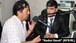 Саъдии Бӯризод (чап) дар студияи Радиои Озодӣ