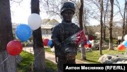 Памятник «зеленому человечку» в Крыму